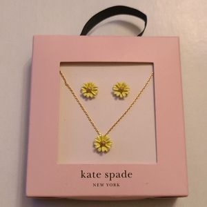 Daisy pendant necklace and earrings, yellow